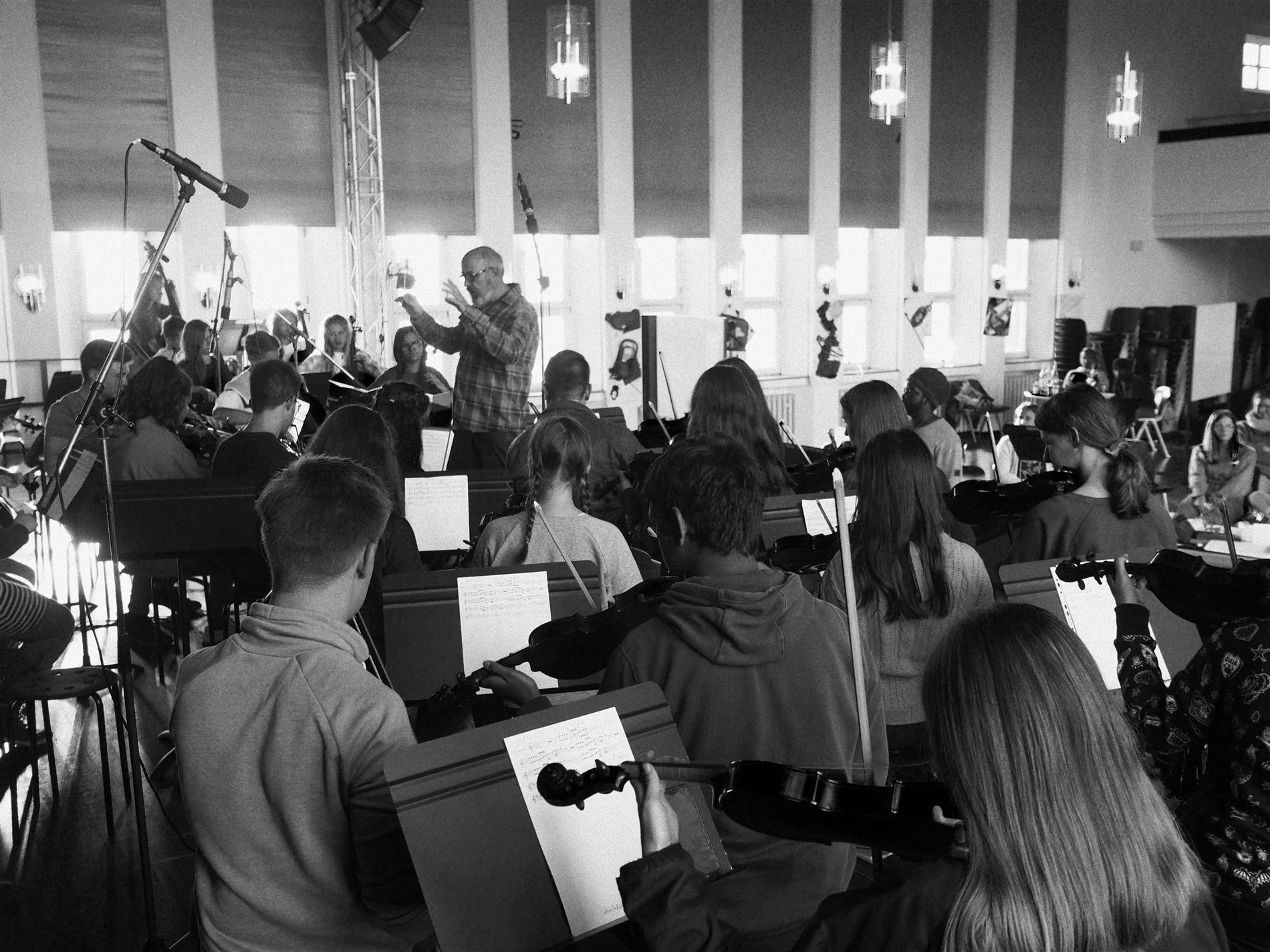 Unterstützt wurde die Gruppe vom 60-köpfigen Schulorchester!